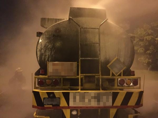 滿載化學原料的聯結車,今天凌晨行駛至國道1號岡山地磅站前,不知原因起火燃燒。(記者蘇福男翻攝)