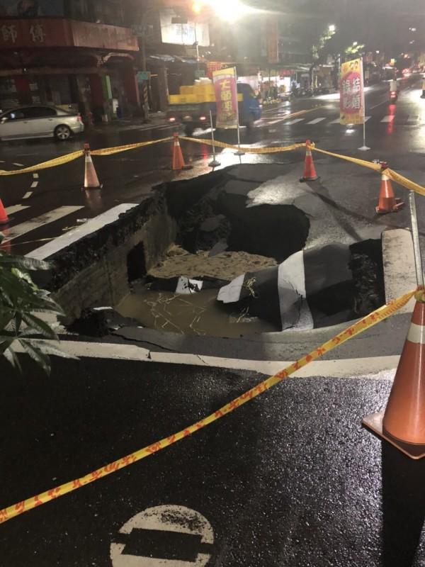 三民區正忠路、義華路口也傳塌陷,路面出現長約6、7公尺的大坑洞。(記者方志賢翻攝)