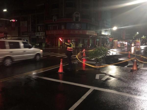 警方立即拉起警戒線,並進行交通疏導,維護用路人安全。(記者方志賢翻攝)