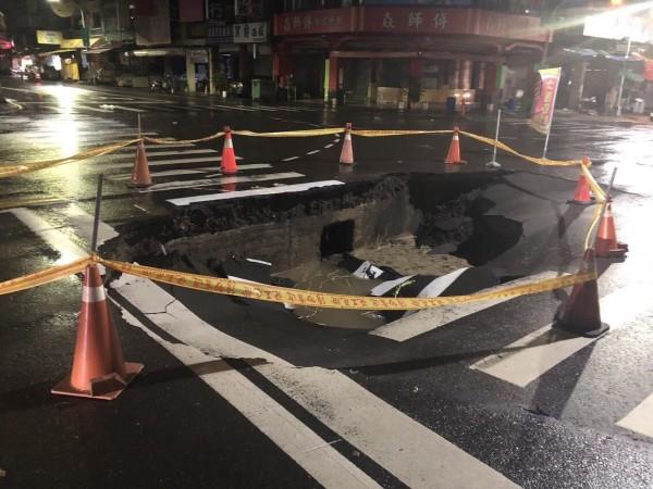 三民區正忠路、義華路口也傳塌陷,路面出現6、7公尺的大坑洞。(記者方志賢翻攝)