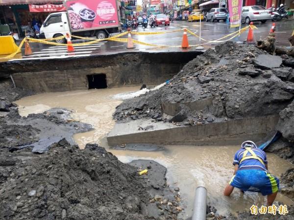 三民區正忠路、義華路面塌陷,市府水利局搶修中。(記者方志賢攝)