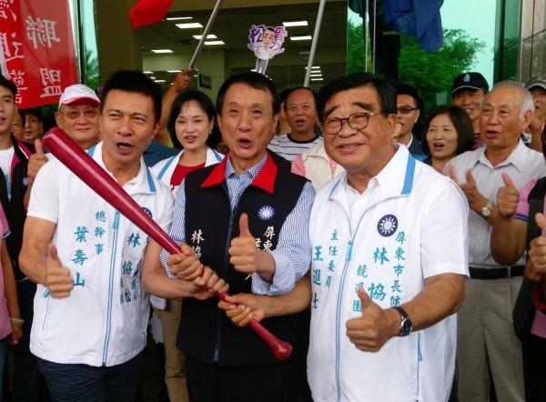 林恊松(中)則在國民黨兩位前屏東市長王進士(右)與葉壽山(左)陪同下,前往屏東市公所完成參選登記。(國民黨屏東縣黨部提供)