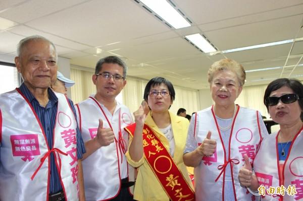 黃文玲(中)夫婦和柯文哲爸媽今天陪同黃文玲,完成縣長參選登記。(記者張聰秋攝)
