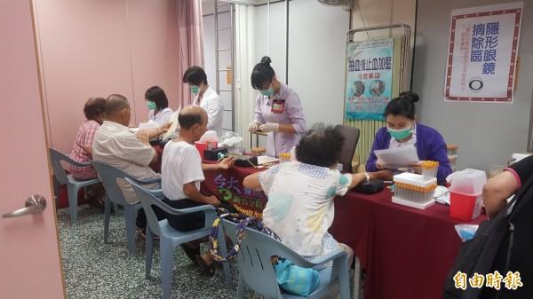 新竹市府社會處今指出,轄內長者免費健康檢查服務將於9月3日開放電話預約,今年市府和九間醫療院所合作,提供8237個名額。(記者王駿杰攝)