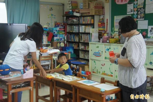 白沙中屯國小一年級新生上課,2名老師照顧1名新生。(記者劉禹慶攝)