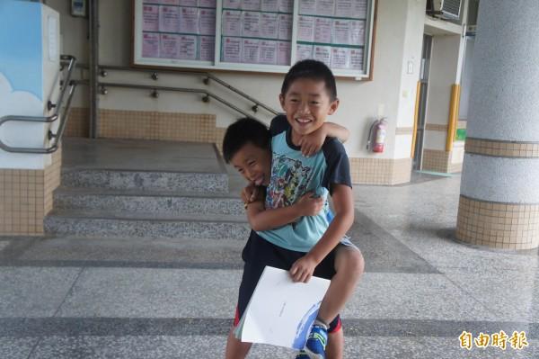 雖然中屯新生沒有同學,但下課有哥哥陪同玩耍。(記者劉禹慶攝)