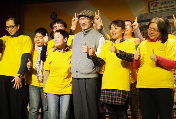 江欽良(前排中,戴帽)在今年1月底宴請弱勢團體後,即未再公開露面。(資料照,記者陳鳳麗攝)