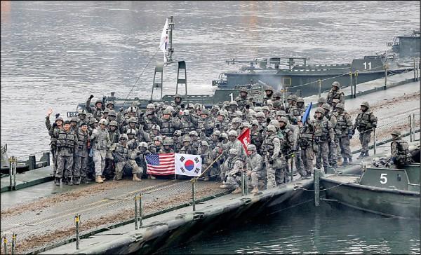 美國國防部長馬提斯二十八日表示,不打算再暫停美國與南韓在朝鮮半島舉行的聯合軍事演習。圖為二○一五年十二月美國與南韓部隊在漣川郡演習。(美聯社檔案照)