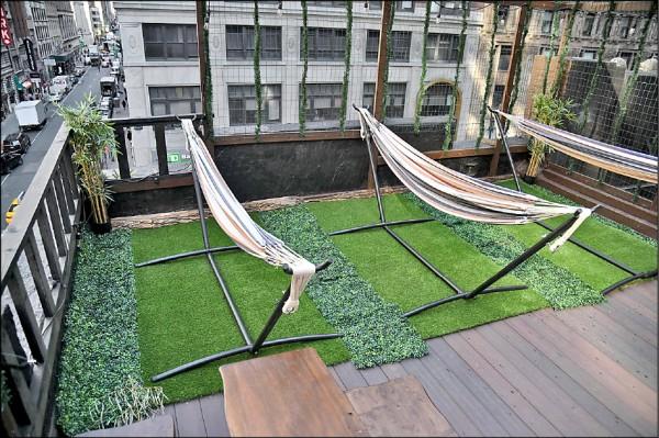 紐約市新型態旅店Nap York在頂樓設置吊床,讓想在上班期間小睡片刻的人租用。(法新社檔案照)