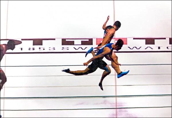 檢視終點攝影,日本選手小池祐貴(圖上方)的肩膀以些微差距率先壓線。(田徑協會提供)