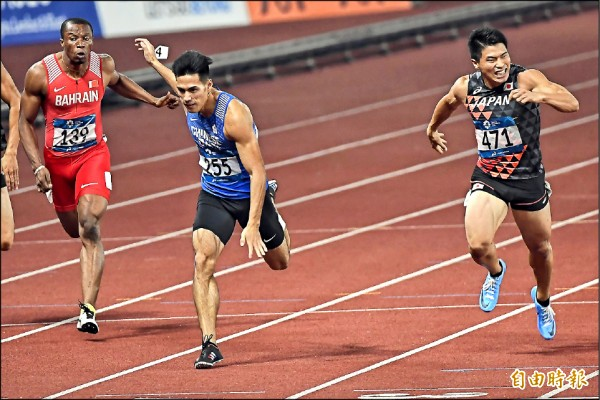 亞運男子兩百公尺昨決賽,楊俊瀚(中)幾乎同時壓線,只差千分之二秒屈居銀牌。(特派記者陳志曲攝)