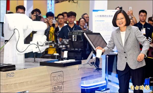 總統蔡英文(右)昨日前往台北南港世貿展覽館,出席「2018台灣機器人與智慧自動化展覽開幕典禮」。(記者廖振輝攝)
