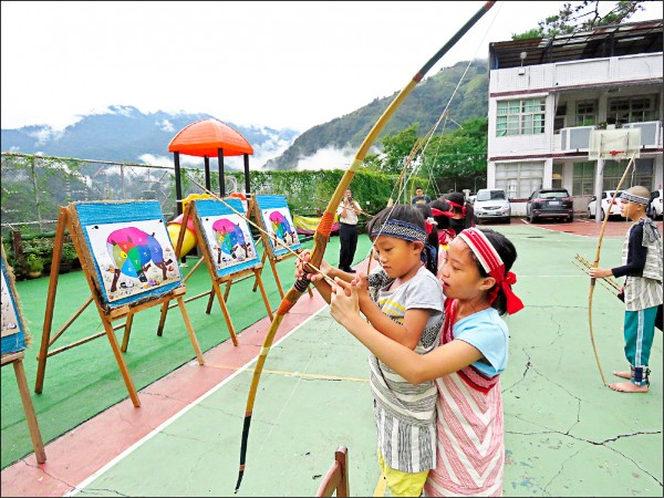 復興區光華國小由學長姊引領新生執行「射箭傳承禮」。(光華國小提供)