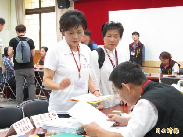 前立委楊麗環在選委會進行桃園市長參選登記。(記者謝武雄攝)
