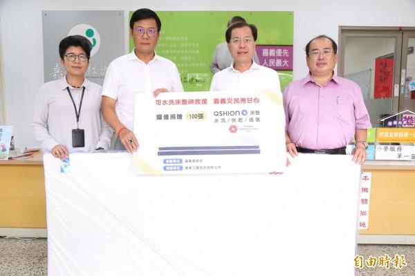 耀億工業執行長王贊景代表公司捐贈100床水洗式健康透氣床墊給災民。(記者蔡宗勳攝)