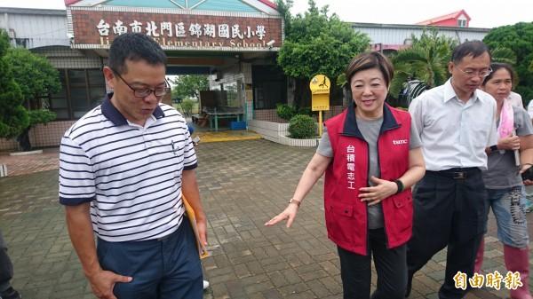 台積電慈善基金會董事長張淑芬(左二)今天帶隊到台南災區小學北門錦湖國小關懷災後復建情形感到滿意,校長周志強(左一)表達感謝。(記者楊金城攝)