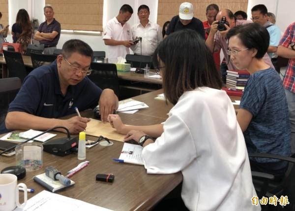 金門縣前議長謝宜璋(左)到縣選委會辦理縣長登記。(記者吳正庭攝)