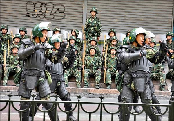 美國共和、民主兩黨國會議員要求川普政府,制裁侵害新疆穆斯林人權的中國官員,指稱中國正變成一個「高科技的警察國家」。圖為中國武警部隊在新疆首府烏魯木齊操練。(美聯社檔案照)