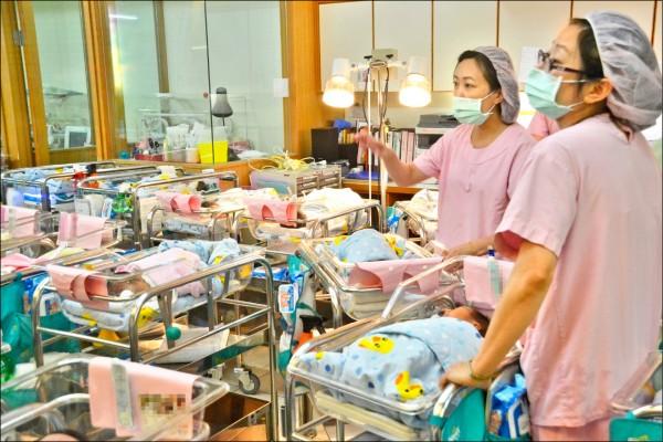 國發會昨發布最新人口推估報告,台灣人口負成長時間提早一到三年到來,總人口最快自二○二一年轉為衰退。(資料照)