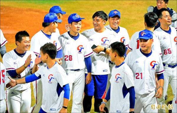 雅加達亞運台灣棒球隊,昨天6局下靠著姜建銘一分打點的二壘安打突破僵局,終場以1:0擊敗中國隊。(記者林正堃攝)