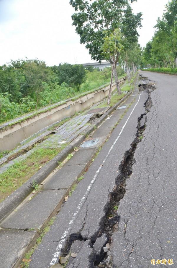 現場塌陷長度約有百米,災情嚴重。(記者吳俊鋒攝)