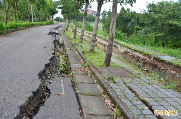 這次是高鐵特定區開發、完工以來,最嚴重的道路災情。(記者吳俊鋒攝)
