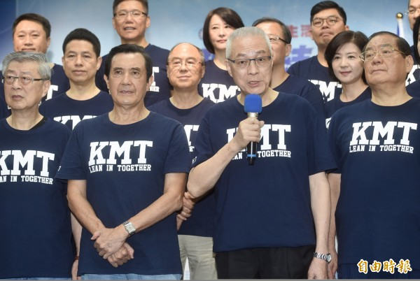 國民黨主席吳敦義(右二)今表示,目前共有43人被判死刑定讞,幾乎沒有疑慮,所以蔡政府大概是受到很多壓力,「不能不找一位先來『做一個樣子』」。(記者簡榮豐攝)