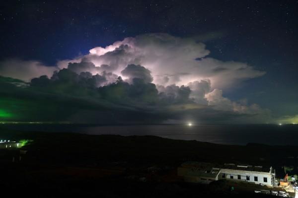一張由中央氣象局員工所拍攝的彭佳嶼夜空,成入圍WMO年曆候選名單,氣象局呼籲網友幫忙按讚,讓台灣之美登上年曆。(圖擷自WMO臉書)