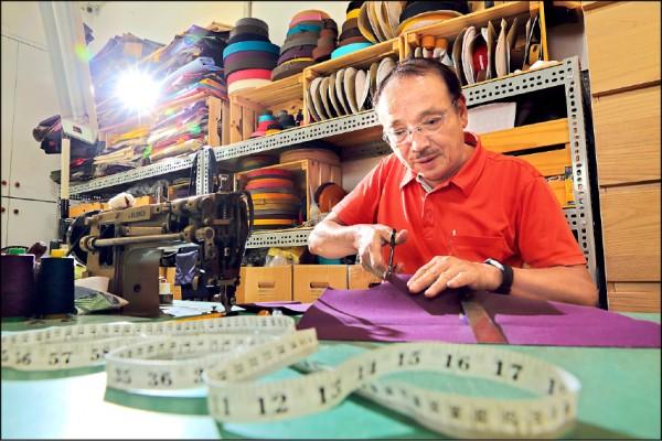 有30年製包經驗的一帆帆布老闆巫敏進表示:「要做包包,一定要在台灣包袋的故鄉大甲才行!」(記者李惠洲/攝影)