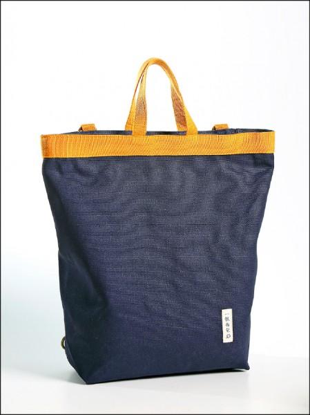 帆布三式後背包/780元(36cm×12.5cm×36cm)有2條背帶可調整的帆布三式後背包,可後背、側背和手提,受到消費者喜愛,共有深藍(如圖)、黑、黃、深棕4色。(記者李惠洲/攝影)
