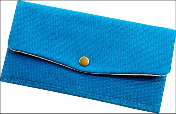 帆布輕薄信封長夾/650元(20cm×1cm×11cm)使用上漿厚帆布達到輕薄美感,內裏6個卡夾,主袋還有一個鈔票夾層,使用方便,全款有淺棕、黃、紅、梅紅、湖水綠(如圖)、深藍、墨綠等7色。(記者李惠洲/攝影)