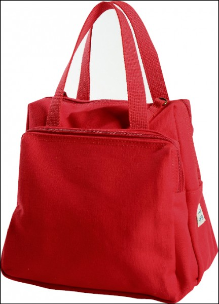 帆布山山包/980元(23cm×14.5cm×20cm)因為包款側面就像一座小山一樣,因此被老闆巫敏進取名叫山山包,內部3個隔層,方便將東西歸類,造型與顏色都非常可愛,可說是老闆的得意之作,有梅紅、紅(如圖)、湖水綠、深藍、深紫、黑共6色。(記者李惠洲/攝影)