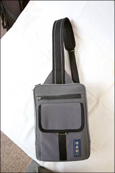 Partner單肩包/2,780元(28cm×20cm×6.5cm) 肩包後有開小口袋可放手機或貴重物品,包身為大開口並設計有側擋防止東西掉落,內有隔袋和筆插袋等多口袋設計。(記者潘自強/攝影)