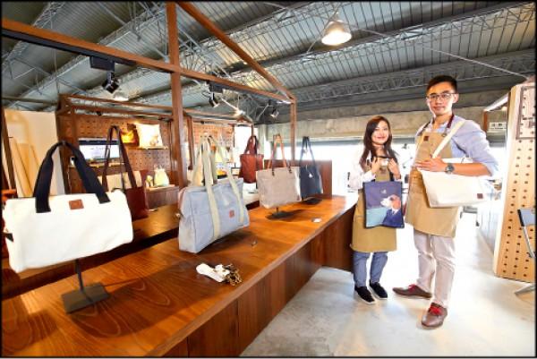 老闆王為律(右)和插畫家太太「一口」共同為轉型的家業,打造出新文青風潮的特色帆布包。(記者潘自強/攝影)