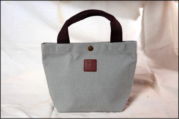 無印風格手提包/295元(28cm×20cm×10cm) 提把加強對車縫線設計,布料厚挺、裝重物也不易變形。(記者潘自強/攝影)