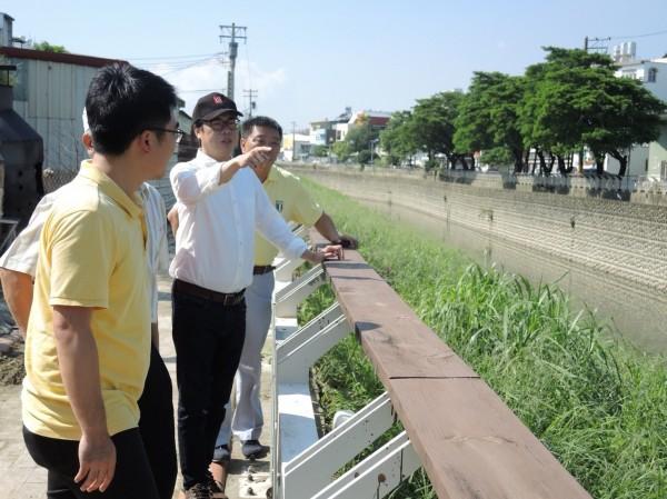 陳其邁與高市議員邱俊憲等人共同勘查仁武排水系統(陳其邁競辦提供)