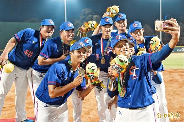 亞運棒球銅牌戰,台灣棒球隊十比○「扣倒」中國,提前八局結束比賽,收下銅牌隊員高興自拍留念。(特派記者陳志曲攝)