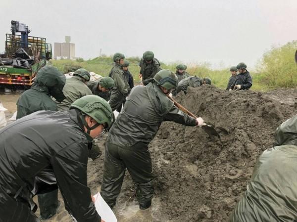 國軍官兵近日持續投入南部地區救災工作。(資料照,國防部提供)