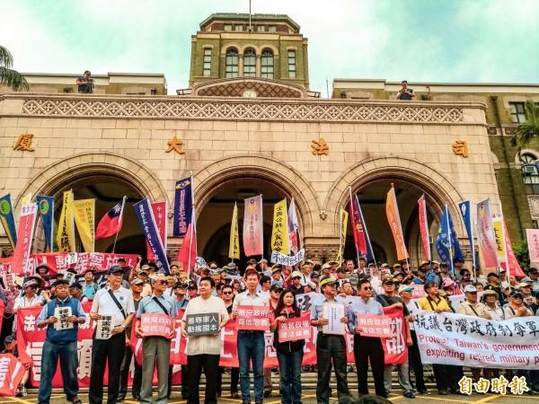 八百壯士捍衛中華協會今表示,明日軍人節將在各地同時舉行「反台獨、救國家、護憲法,捍衛中華民國全民誓師大會」。圖為八百壯士等反年改團體。(資料照)