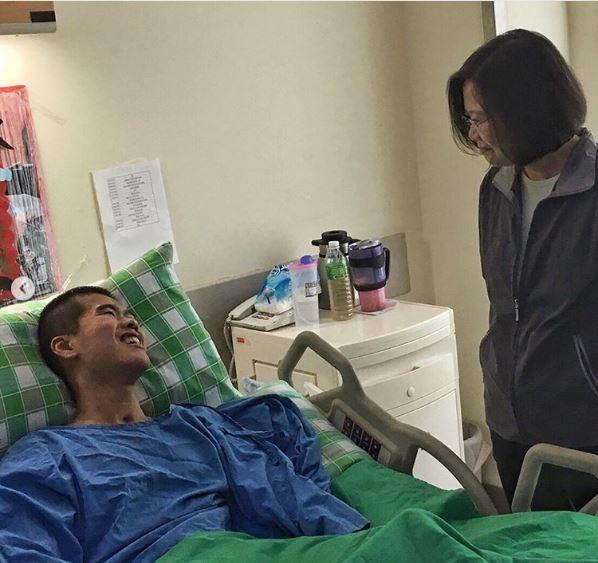 總統蔡英文在九三軍人節前夕到三軍總醫院探視在演習中出意外的傘兵秦良丰。(圖擷取自@tsai_ingwen IG)
