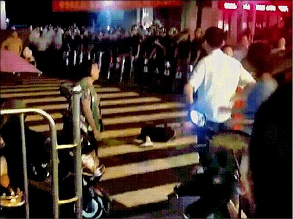 中國湖南省耒陽市一日深夜爆發警民衝突,一名民眾倒臥在地,四周都是警察。(取自網路)