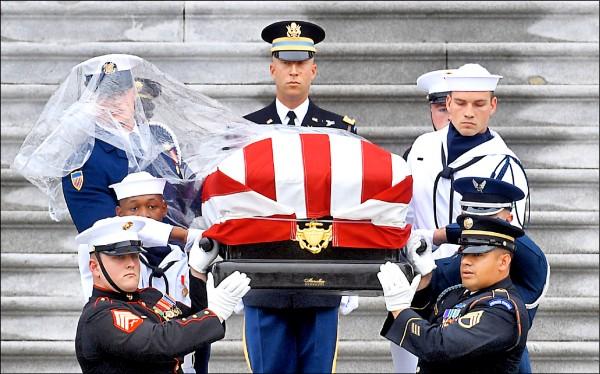 美國共和黨大老麥肯的靈柩一日離開國會山莊,移靈至國家大教堂舉行告別式。(路透)