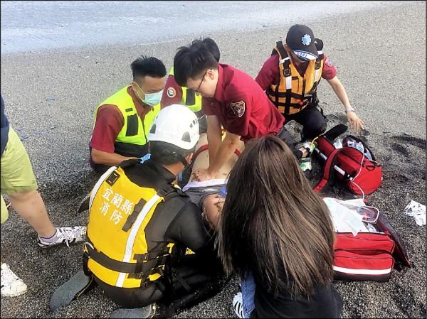 遊客吳東樺奮勇下水營救落海女童,卻不幸溺水,被拉上岸時,已失去意識。(記者張議晨翻攝)
