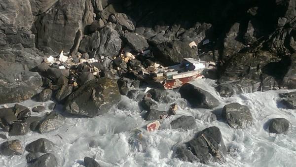 遭擱淺的船隻船體被浪襲破裂。(記者王峻祺翻攝)