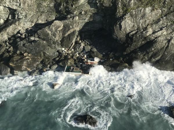 花蓮和仁海域今早6時39分有一艘船隻擱淺,台籍船長失蹤待尋。(記者王峻祺翻攝)