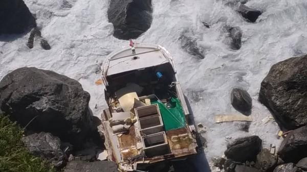 漁船因車葉故障後失去動力,漂流至礁石處擱淺,船身遭浪襲破裂。(記者王峻祺翻攝)