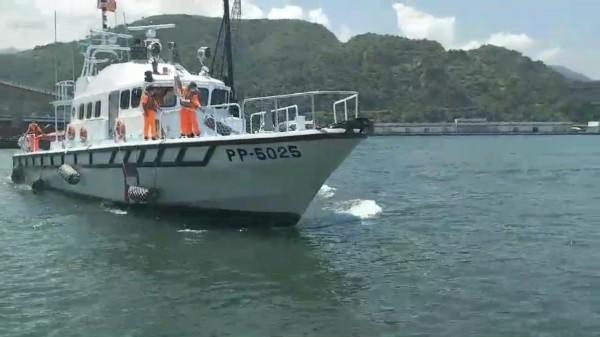 蘇澳海巡隊巡防艇載著男童與婦人遺體上岸。(記者江志雄翻攝)