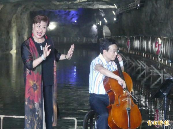 金門坑道音樂節邁入第十年,張正傑(右)帶著將參與表演的「豫劇皇后」王海玲(左)跨海金門「試水溫」,對於兩人在坑道首次合作成果表示滿意。(記者吳正庭攝)