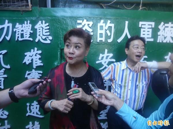 「豫劇皇后」王海玲(左)說,等張正傑(右一)邀她參加金門坑道音樂節,「等了十年」。(記者吳正庭攝)