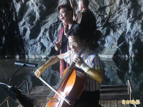 大提琴家張正傑(前)包著紗布的左手,仍十分靈活的演奏,證明「演出不是問題」。(記者吳正庭攝)